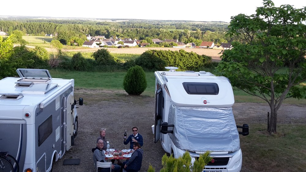 Aire camping-car à Chinon (37500) - Photo 2